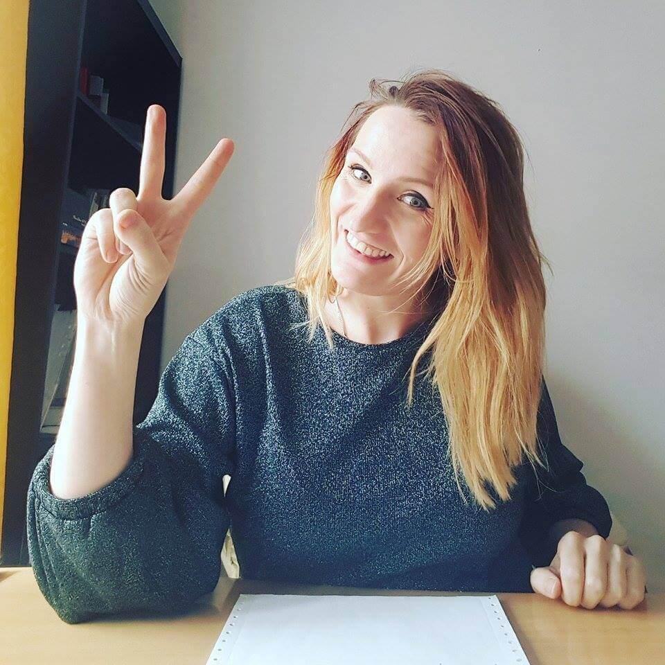 kobieta ze znakiem peace