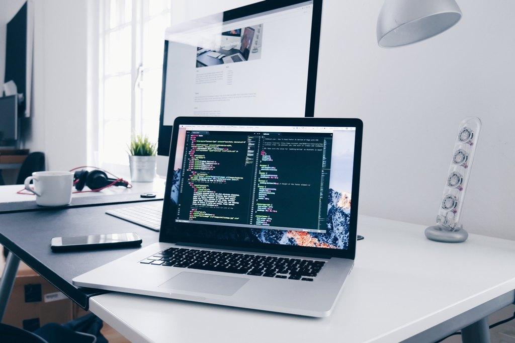 Laptop z wyświetlonym kodem