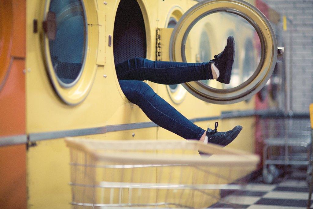 Nogi wystające z pralki