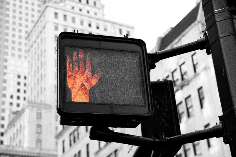 Sygnalizacja świetlna dla pieszych, pali się czerwone światło