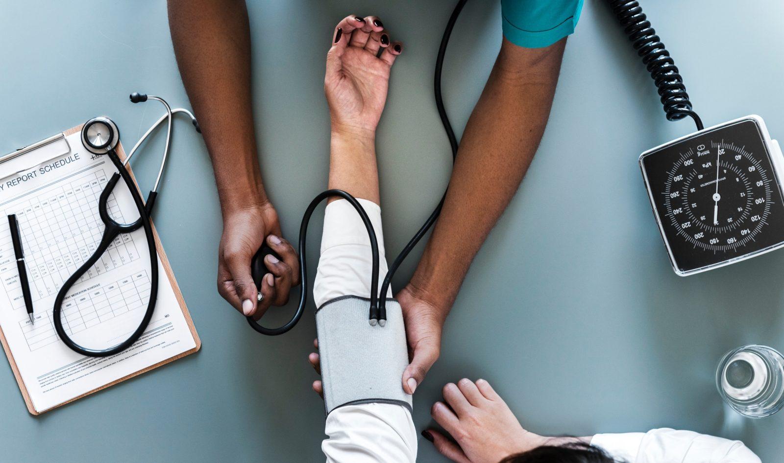 Lekarz mierzy ciśnienie