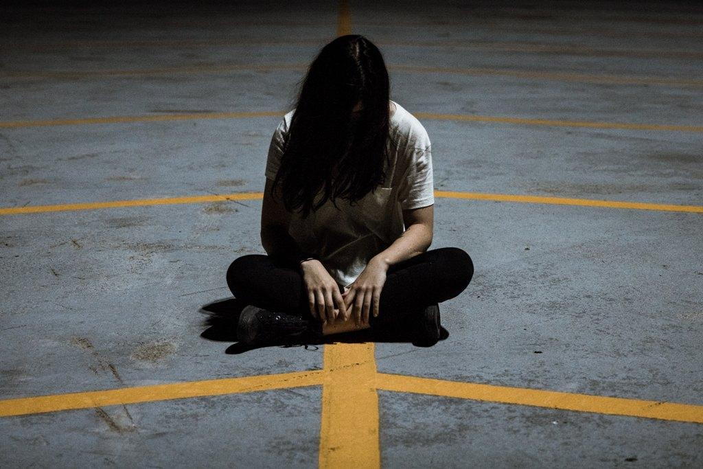 Kobieta siedząca na ziemi